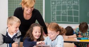kinder benutzen tablet-pc im unterricht
